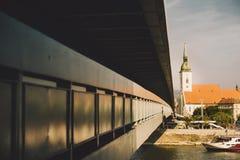 Novy najwięcej mosta nad wodą rzeczny Danube z miastem, i Fotografia Royalty Free