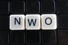 NOW het kruiswoordraadsel van het tekstwoord De alfabetbrief blokkeert de achtergrond van de speltextuur Zwarte achtergrond Royalty-vrije Stock Fotografie