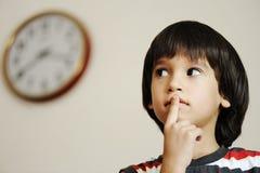 Now ist die Zeit? Kind und Borduhr Stockfotografie