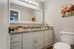 Nowa łazienka z białym bezcelowość gabinetem fotografia stock