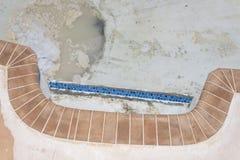 Nowa basen płytki granicy grout praca przemodelowywa Zdjęcia Stock