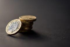 Nowa brytyjska jeden niezawodna funtowa moneta na ciemnym tle Obraz Royalty Free