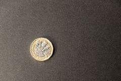 Nowa brytyjska jeden niezawodna funtowa moneta na ciemnym tle Obrazy Royalty Free