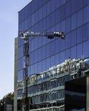 Nowa budowa odbijająca na szklanej fasadzie Zdjęcia Royalty Free