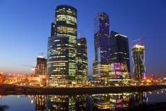 Nowa budowa w Moskwa przy nocą Obrazy Stock