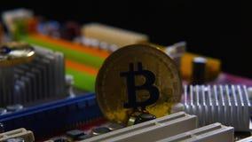 Nowa crypto waluta, złocistych monet bitcoin na płycie głównej zdjęcie wideo