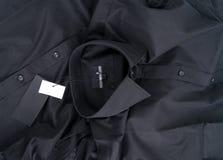 Nowa czarna colour koszula i pusta etykietka Zdjęcia Stock