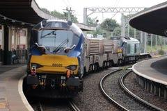 Nowa dieslowska lokomotywa na jądrowym kolba pociągu zdjęcia stock