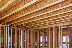 Nowa domowa w budowie instalacja wodnokanalizacyjna wśrodku domowej ramy i wnętrze zdjęcia stock