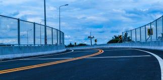 Nowa droga przez linię kolejową, piękna krzywa z stalą Zdjęcie Stock