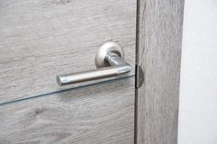 Nowa drzwiowa rękojeść na nowym drzwi zdjęcie stock