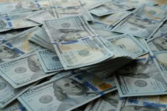 Nowa duża kwota dolarów amerykańskich banknotów stawia na stole obrazy stock