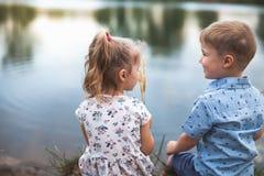 Nowa era Z Szczęśliwymi dzieciakami I ludźmi Szczęśliwy społeczeństwo społeczność obrazy stock