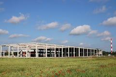 Nowa fabryka na zieleni pola budowie Obraz Stock