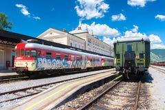 Nowa Gorica Gorizia, Slovenia: Widok dwa pociągu stoi na poręczach przy starym dworcem Obrazy Stock