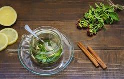 Nowa herbata w szklanej przejrzystej filiżance na spodeczku z cytryną i cynamonem fotografia royalty free