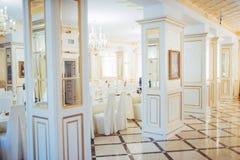 Nowa i czysta luksusowa restauracja w klasycznym stylu Zdjęcia Royalty Free