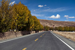 Nowa i piękna droga w średniogórzu. Obraz Stock