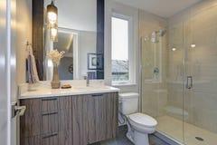Nowa luksusowa łazienka w popielatych brzmieniach fotografia royalty free