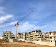 Nowa mieszkanie budowa Żuraw nad niebieskim niebem, elementy, majątkowi gotowi domy, rozwoju przemysłu pojęcie obraz royalty free
