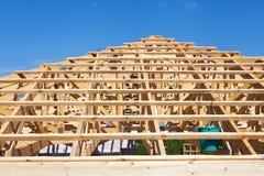 Nowa mieszkaniowa drewniana budowa domu otoczka przeciw niebieskiemu niebu Zdjęcie Stock