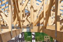 Nowa mieszkaniowa drewniana budowa domu otoczka przeciw niebieskiemu niebu Obraz Stock