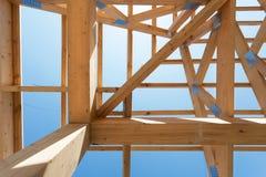 Nowa mieszkaniowa drewniana budowa domu otoczka przeciw niebieskiemu niebu Obrazy Royalty Free