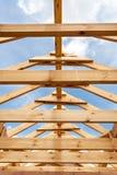 Nowa mieszkaniowa drewniana budowa domu otoczka przeciw niebieskiemu niebu Zdjęcia Stock