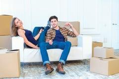 Nowa naprawa i przeniesienie Kochająca para cieszy się nowego mieszkanie Obraz Royalty Free