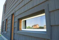 Nowa Nowożytna Bezwolna Domowa wydajności energii fasady ściana Bezwolna Domowa projekt powierzchowność Obrazy Royalty Free
