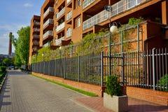 Nowa nowożytna lokalowa nieruchomość w Łódzkim - Typowy budynek mieszkalny Fotografia Stock