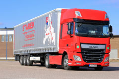 Nowa rewolucjonistki DAF Semi ciężarówka Parkująca na Asfaltowym jardzie Zdjęcia Royalty Free