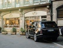 Nowa SUV Range Rover Land Rover moda luksusowy SUV w mieście Fotografia Royalty Free