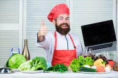 nowa technologia Kuchnia kulinarna vite brodaty szczęśliwy mężczyzna szefa kuchni przepis Zdrowy karmowy kucharstwo Dojrzały modn zdjęcie royalty free