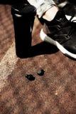 Nowa technologia sporta noszoni akcesoria dla biegaczów: sprawność fizyczna bawi się bezprzewodowe słuchawki, działający buty Ear obraz royalty free