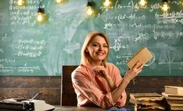 Nowa technologia w nowożytnej edukaci szkolnej nowa technologia rozwój w retro szkole Obrazy Royalty Free