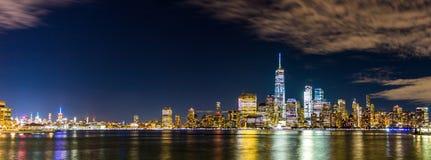 Nowa York miasta linia horyzontu z chmurnymi niebami przy nocą Obraz Royalty Free