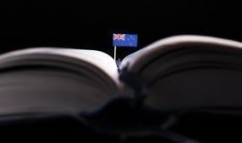 Nowa Zelandia flaga po środku książki Wiedza i educat fotografia royalty free