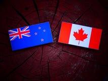 Nowa Zelandia flaga z kanadyjczyk flaga na drzewnym fiszorku odizolowywającym zdjęcia royalty free