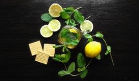 Nowa ziołowa herbata w szklanej filiżance na drewnianym tle Fotografia Royalty Free