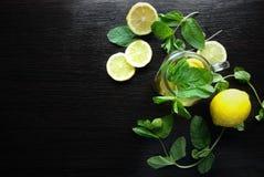 Nowa ziołowa herbata w szklanej filiżance na drewnianym tle Zdjęcie Stock