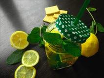Nowa ziołowa herbata w szklanej filiżance na drewnianym tle Zdjęcia Stock