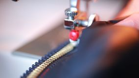 Nowe kędziorka suwaczka naprawy kurtki na szwalnej maszynie zbiory wideo