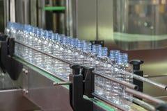 Nowe klingeryt butelki w konwejeru pasku obraz stock