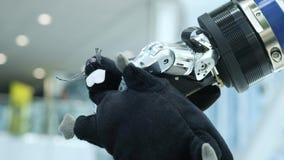 Nowe technologie wśród my Ręka robot bierze miękką zabawkę w formie myszy ogonem przysz?o?? dzisiaj zbiory