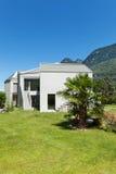 Nowego domu widok od łąki Obrazy Stock