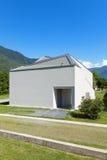 Nowego domu widok od łąki Zdjęcia Stock