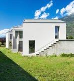 Nowego domu widok od łąki Zdjęcie Royalty Free