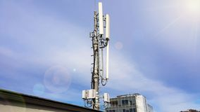 Nowego 5G siec radiowa telekomunikacyjny wyposa?enie z radiowymi modu?ami i m?drze antenami zdjęcie stock