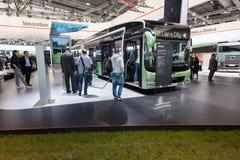 Nowego mężczyzna elektryczny autobus Obrazy Royalty Free